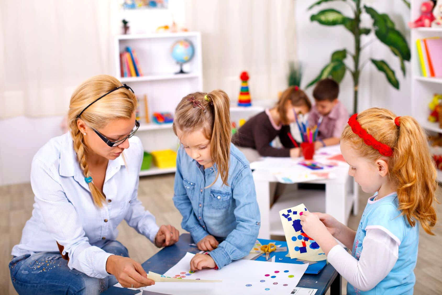 dzieci zajmują się kreatywną pracą w klasie