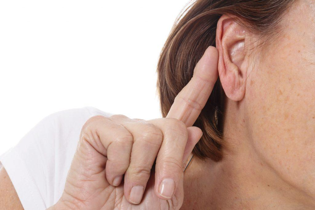 kobieta nadstawiająca ucho