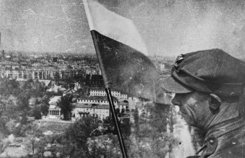 Polska Flaga Zawieszona W Zrujnowanym Berlinie Dnia 2 Maja 1945 R.