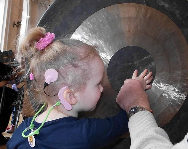 dziewczynka z aparatem słuchowym