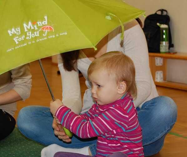 dziecko z parasolem